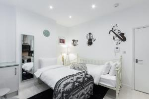 A bed or beds in a room at Central London Apartment - Great Location