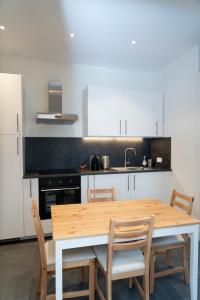 A kitchen or kitchenette at Beau T2 au centre de Strasbourg