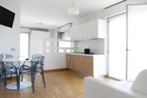 A kitchen or kitchenette at Housing32 Apartments