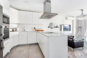 Una cocina o zona de cocina en By RIVA - Contemporary 1 Bedroom Luxury Apt inside Puerto Banus