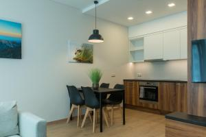 A kitchen or kitchenette at Apartment next to Panorama Mall 4