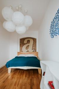 A bed or beds in a room at Projekt Piekary
