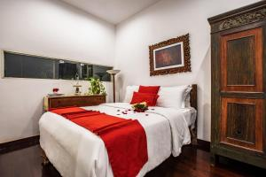A bed or beds in a room at Villa Mulyono 2