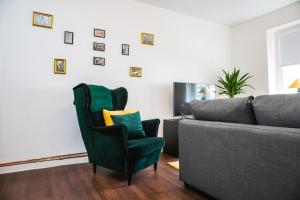 A seating area at St Pauli CITY Apartment