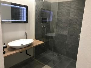 A bathroom at Happy Sun Medencés Apartman