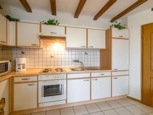 Küche/Küchenzeile in der Unterkunft Modern Apartment in Eschfeld Germany with Sauna