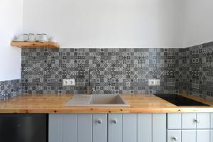 A kitchen or kitchenette at Lorenzo Studios