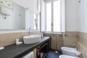 A bathroom at Studio via dell'archetto