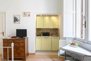 A kitchen or kitchenette at Studio via dell'archetto