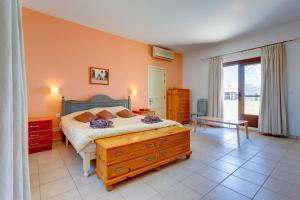 A bed or beds in a room at Superlative 4 Bedroom Villa with Private Pool