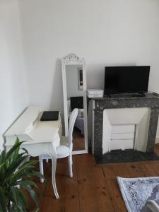 A television and/or entertainment center at Appartement place Clemenceau.. hypercentre