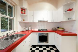 A kitchen or kitchenette at Peppercorn Cottage