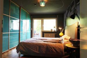 A bed or beds in a room at NEU: Designerwohnung nahe Messe und Flughafen