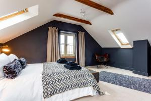 A bed or beds in a room at Deluxe Cotswolds Barn Conversion near Faringdon