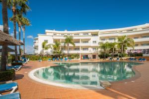 A piscina localizada em Porto do Mos Bright Studio close to the Beach ou nos arredores