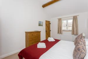 A bed or beds in a room at Bright Cotswolds Home near Littleworth