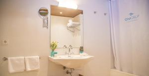 A bathroom at Aparthotel Ona Dorada el Tarter