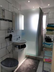 A bathroom at Apartment Langen