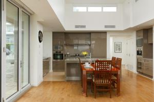 A kitchen or kitchenette at Cozy Penthouse Suite with Views