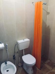 A bathroom at Canyon apartments and rooms