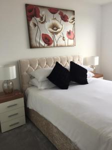 A bed or beds in a room at Smart Stays Boutique Apartments