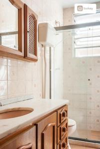 A bathroom at AP Centro/CidadeBaixa