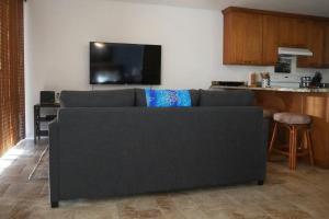 Uma TV ou centro de entretenimento em Honu Hideaway