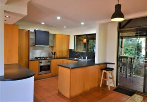 A kitchen or kitchenette at Currumbin Tree Place