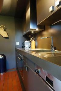 A kitchen or kitchenette at NEU: Designerwohnung nahe Messe und Flughafen