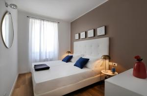A bed or beds in a room at Palazzo Pitteri Halldis Apartments