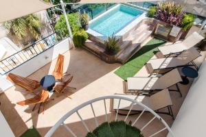 Vue sur la piscine de l'établissement Suites Corazon ou sur une piscine à proximité