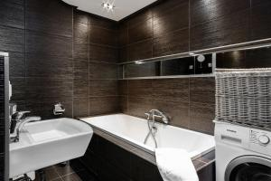 A bathroom at Apartments Wrocław Manganowa by Renters