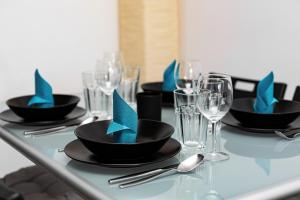 A restaurant or other place to eat at Apartments Wrocław Manganowa by Renters