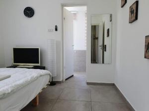 Uma TV ou centro de entretenimento em Sunny Florentine Apartment with Balcony
