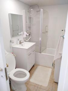 A bathroom at Marina Ashkelon apartment
