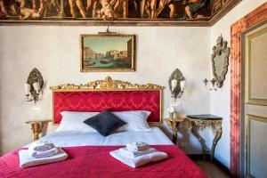 Letto o letti in una camera di Navona Luxury and Historical Apartment