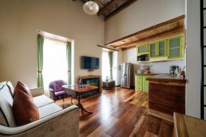 A kitchen or kitchenette at Old Town Quito Suites