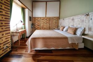 A bed or beds in a room at Old Town Quito Suites
