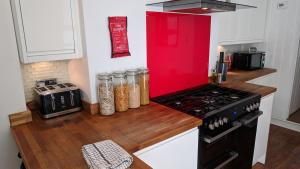 A kitchen or kitchenette at Victoria House