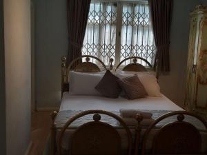 Kama o mga kama sa kuwarto sa Highgate Boutiq Hotel