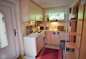 A kitchen or kitchenette at Ferienhaus Reher