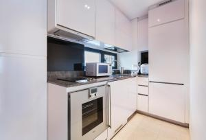 A kitchen or kitchenette at Luxury 2br Business Suite