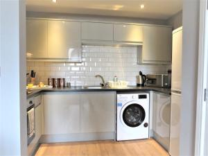 A kitchen or kitchenette at Comfort Stay Apartments Derby