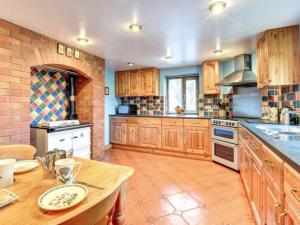 A kitchen or kitchenette at Holiday Home Caeryn
