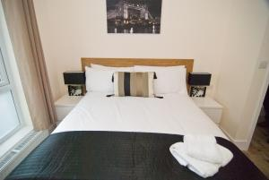 A bed or beds in a room at Finsbury Serviced Apartments