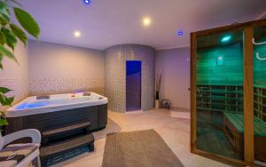 Spa i/ili sadržaji za wellness u objektu Apartments Lara with Swimming Pool