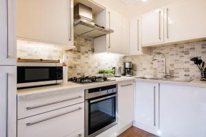 A kitchen or kitchenette at Large 3 Bed 2 Bath near British Museum
