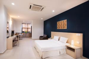 A bed or beds in a room at Golden View Serviced Apartments