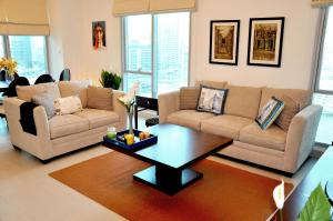 A seating area at Luxurious Apartment, Marina View