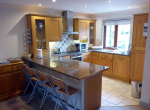 A kitchen or kitchenette at Cherry Tree Cottage